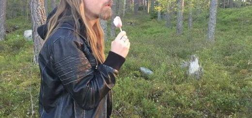 Kanske inte varje dag man stöter på glassätande rockstjärnor i skogen