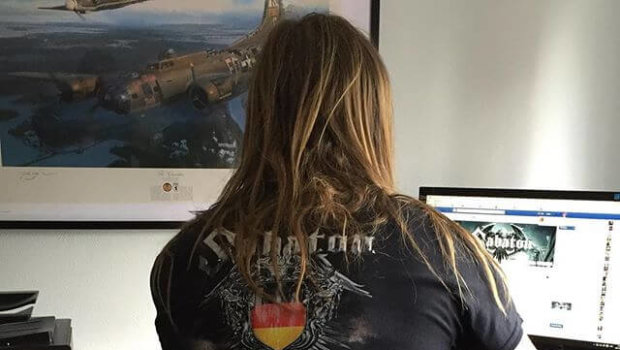 Pär jobbar bra i tysk T-shirt. Wacken-designen är nu tillgänglig i vår Webshop.se