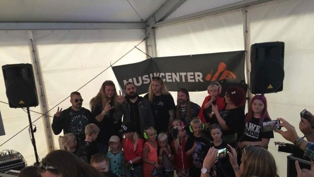 Sabaton dropped by the new KIDS AREA yesterday and met the youngest visitors for a while. Junior meet & greet