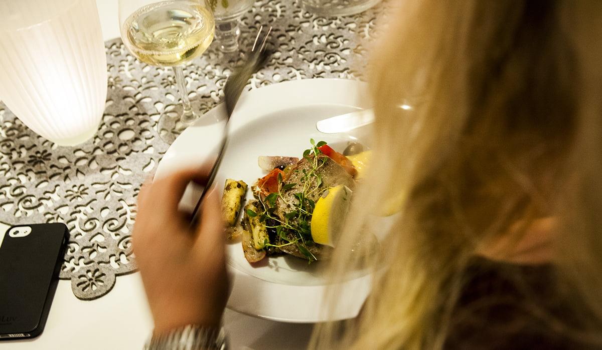 En mer eller mindre spontan tre-rätters signerad Helena Lindblad. En sallad Niçoise - Tonfisk även till förrätt + bärpaj som dessert. Recept finns på rubbet